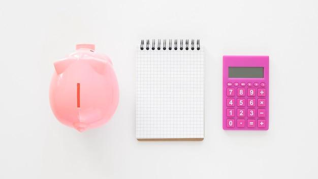 Asortyment elementów finansowych z pustym notatnikiem