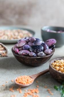 Asortyment fasoli i soczewicy koncepcja zdrowej żywności wegański produkt wysokobiałkowy
