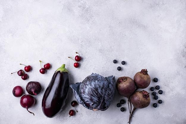 Asortyment fioletowych warzyw i jagód