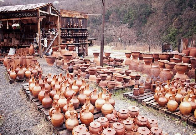 Asortyment glinianych dzbanków na wino i wodę gruzińskie naczynia ręcznie robione shrosha bez ludzi poziomo