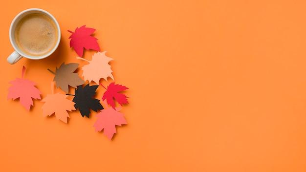 Asortyment jesiennych liści z filiżanką kawy