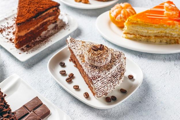 Asortyment kawałków ciasta.