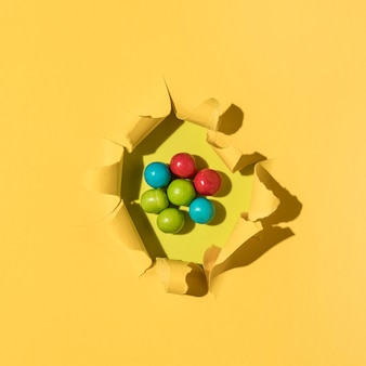 Asortyment kolorowych cukierków z widokiem z góry