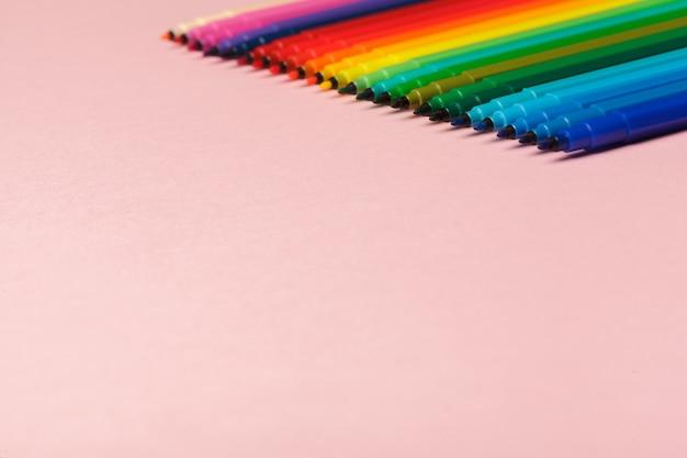 Asortyment kolorowych flamastrów w pastelowym różu