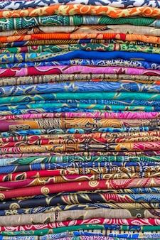 Asortyment kolorowych sarongów na sprzedaż na lokalnym rynku na tropikalnej wyspie bali, indonezja. ścieśniać