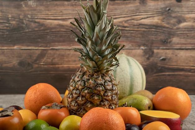 Asortyment kompozycji świeżych dojrzałych owoców na powierzchni marmuru.