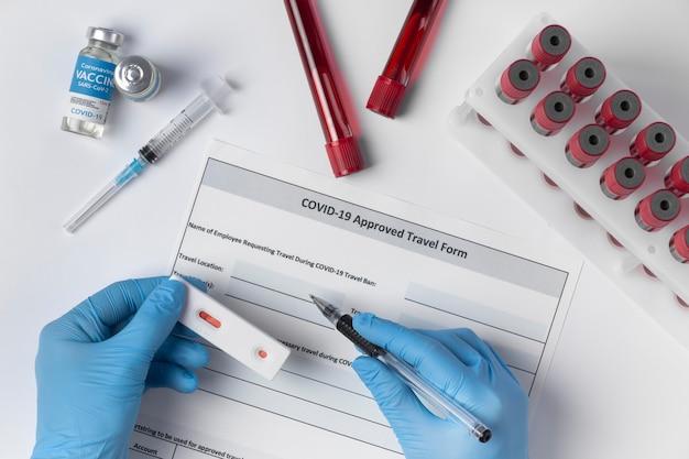Asortyment koronawirusa z próbkami krwi i szczepionką
