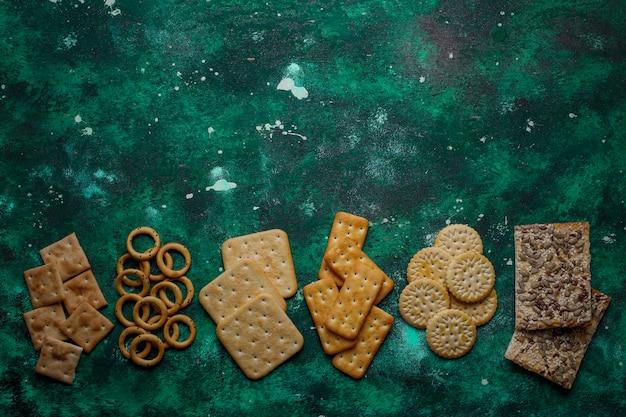 Asortyment krakersów solnych strzał z góry na kolorowy z kopią. mieszanka przekąsek na imprezy słone