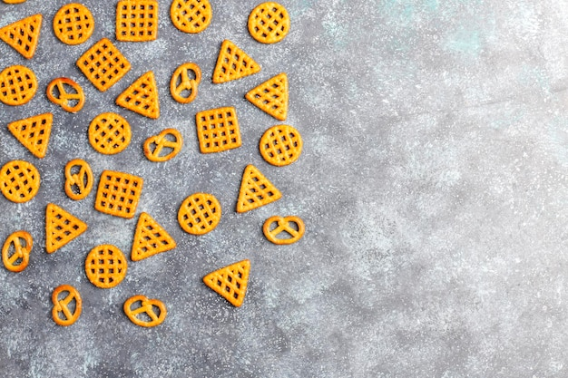Asortyment krakersów solnych.