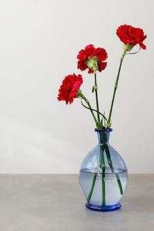Asortyment martwa natura wewnętrznych kwiatów w wazonie