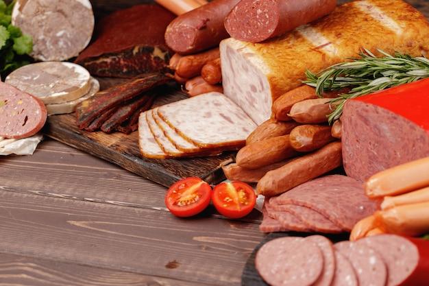 Asortyment mięsa i wędlin na powierzchni drewnianej