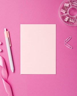 Asortyment monochromatycznych martwych natur z różowymi przedmiotami papierniczymi