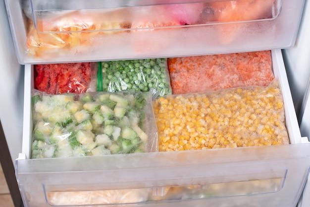 Asortyment mrożonych warzyw w domowej lodówce