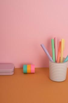 Asortyment na biurko z kolorowymi długopisami
