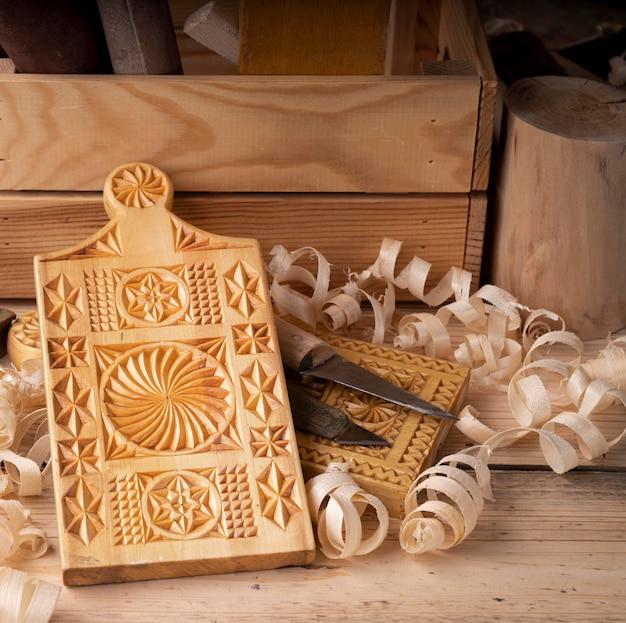 Asortyment narzędzi do obróbki drewna z drewnianą deską