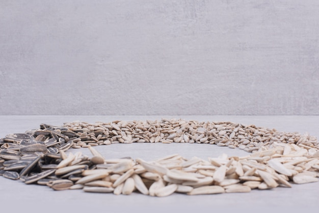 Asortyment nasion słonecznika na białej powierzchni.
