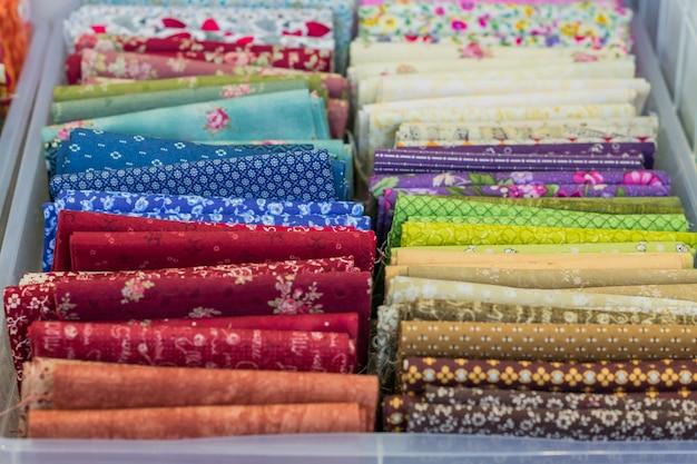 Asortyment naturalnych tkanin i tekstyliów. materiały dla majsterkowiczów do rzemiosła i scrapbookingu. koncepcja branży szycia