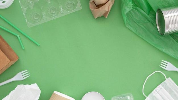 Asortyment nieszkodliwych dla środowiska elementów z tworzyw sztucznych układanych na płasko
