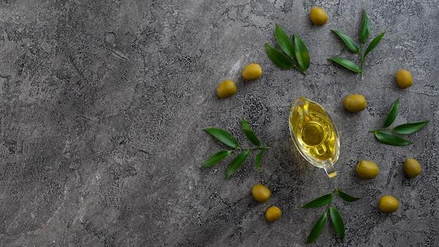 Asortyment olejów na marmurowym tle