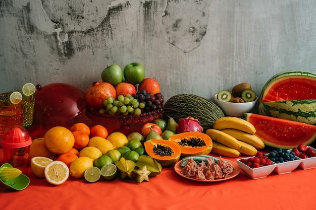 Asortyment organicznych świeżych owoców i warzyw.