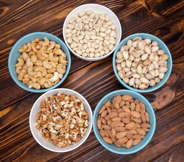 Asortyment orzechów. orzechy włoskie, migdały, pistacje, orzechy nerkowca, orzeszki ziemne