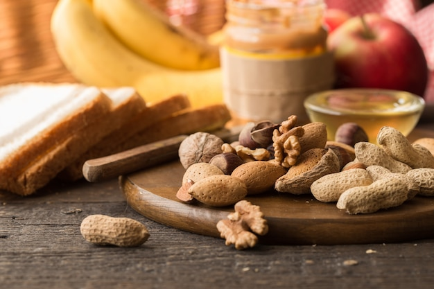 Asortyment orzechów. zdrowe śniadanie składników, rama żywności. granola, orzechy, owoce, jagody, miód