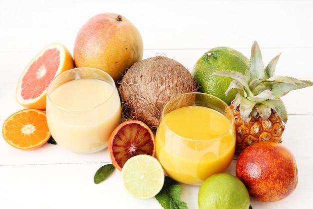 Asortyment owoców cytrusowych i soków