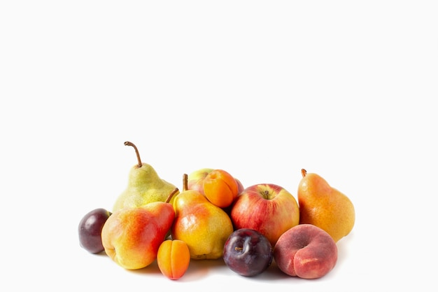 Asortyment owoców na białym tle. gruszki, jabłko, morele, brzoskwinia i śliwka