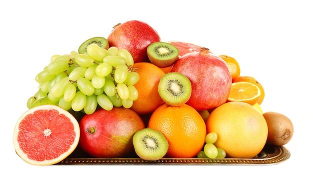 Asortyment owoców na białym tle