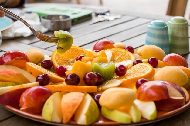 Asortyment owoców, przystawka z różnymi owocami na talerzu