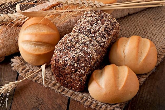 Asortyment piec chleb na drewnianym stole