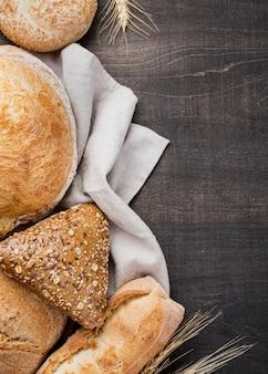 Asortyment pieczonego chleba na tkaninie