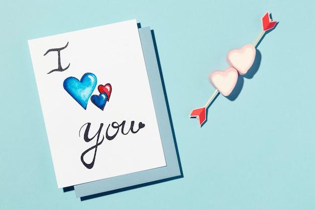 Asortyment piękna miłość na niebieskim tle