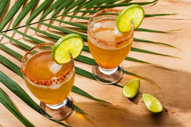 Asortyment pikantnych napojów michelada