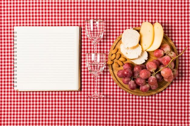 Asortyment piknikowy obok pustego notatnika
