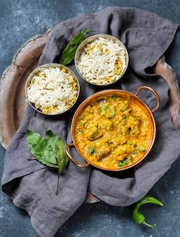 Asortyment płaski z pysznym posiłkiem z pakistanu