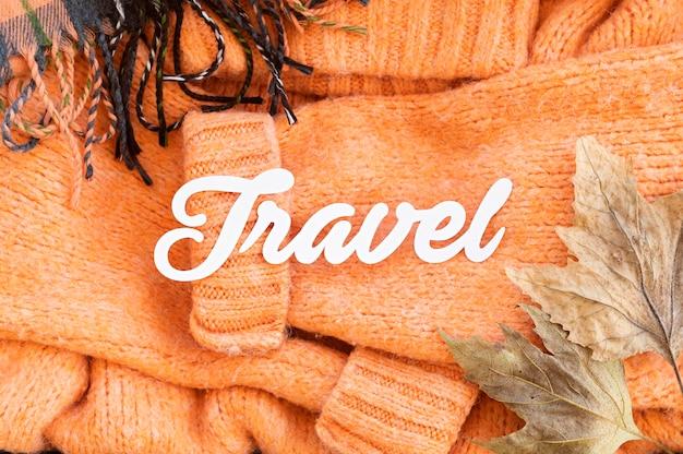 Asortyment płaskich jesiennych elementów podróżnych z napisem podróżnym