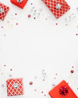 Asortyment płaskich świątecznych zapakowanych prezentów z miejscem na kopię