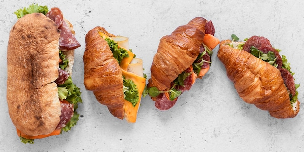 Asortyment płaskich zdrowych kanapek na białym tle