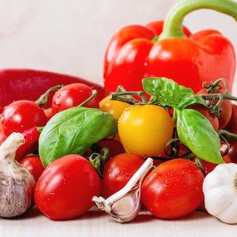 Asortyment pomidorów i warzyw