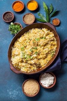 Asortyment posiłków pakistańskich z widokiem z góry