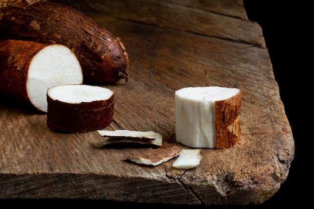 Asortyment pożywnych korzeni manioku w plasterkach