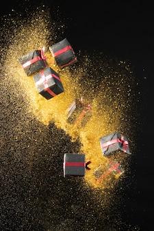 Asortyment prezentów na czarny piątek ze złotym brokatem