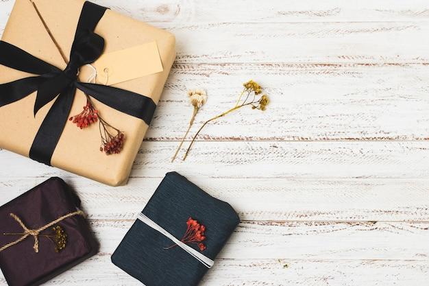 Asortyment prezentów ze wstążką