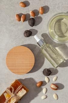 Asortyment produktów do pielęgnacji na bazie olejku arganowego flat lay