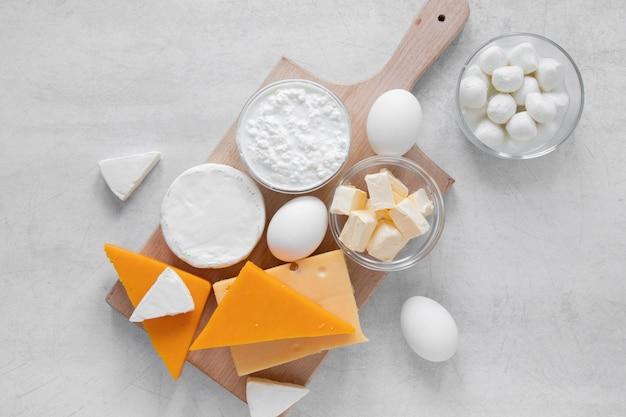 Asortyment produktów mlecznych na płasko