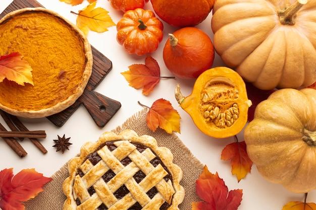 Asortyment produktów płaskich z dyniami i ciastem