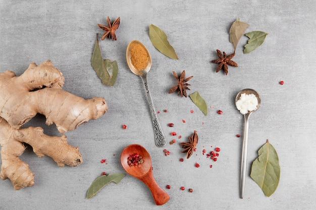 Asortyment produktów płaskich z kurkumą i szarym tłem