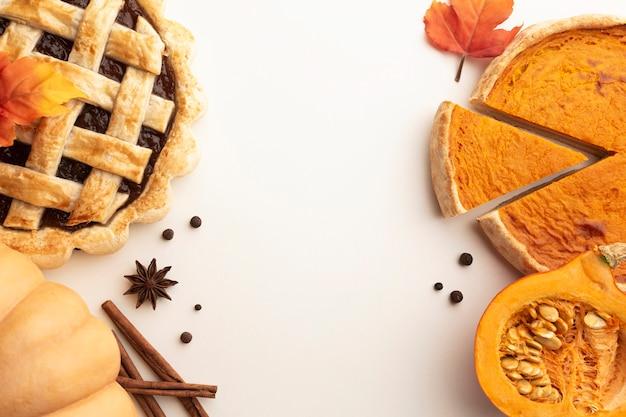 Asortyment produktów płaskich z pokrojonym ciastem dyni