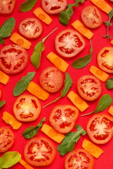 Asortyment produktów płaskich z pokrojonymi pomidorami